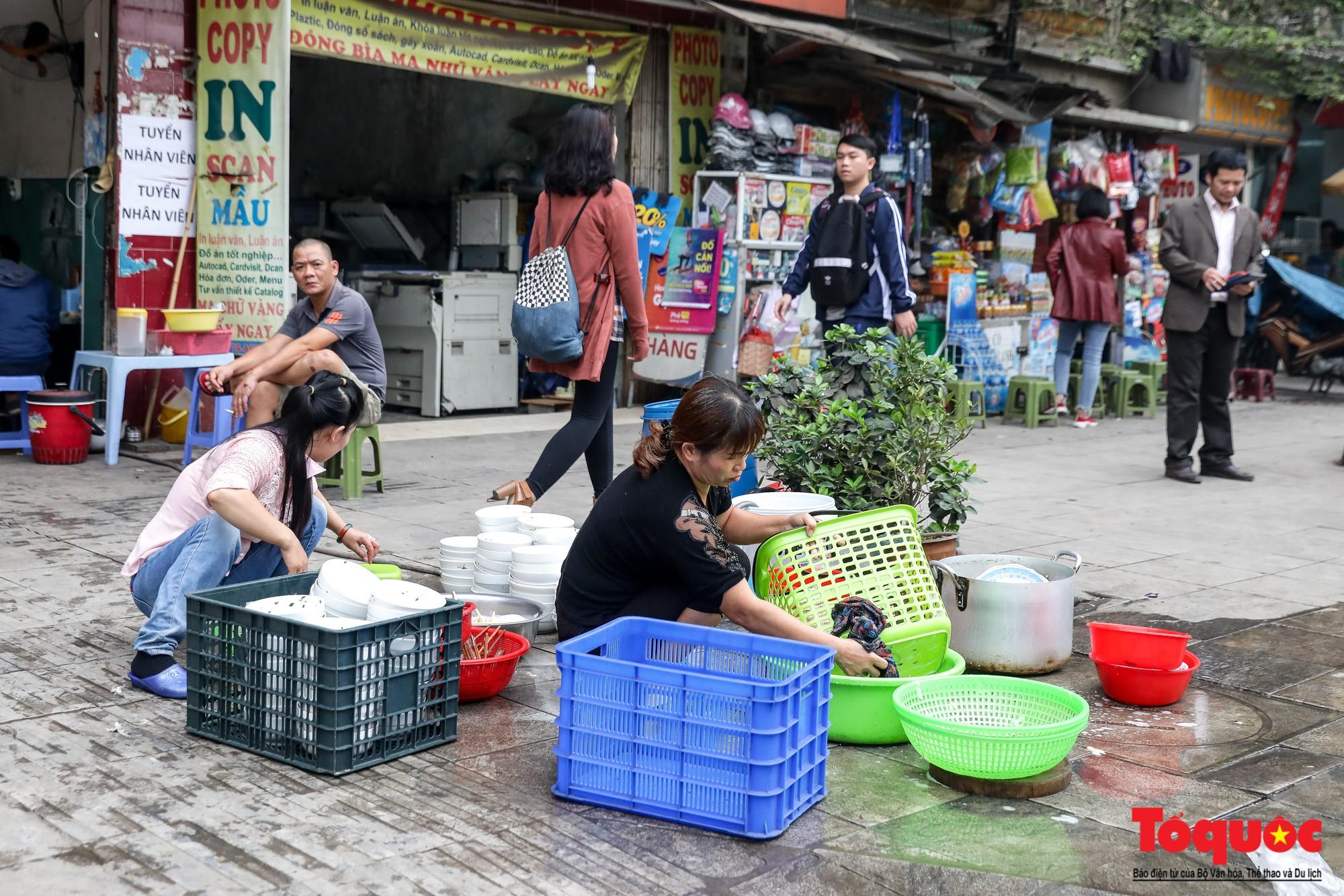 Nhìn những hình ảnh này mới thấy đề xuất cấm xe máy 6 tuyến phố Hà Nội là vô cảm với người dân nghèo - Ảnh 12.