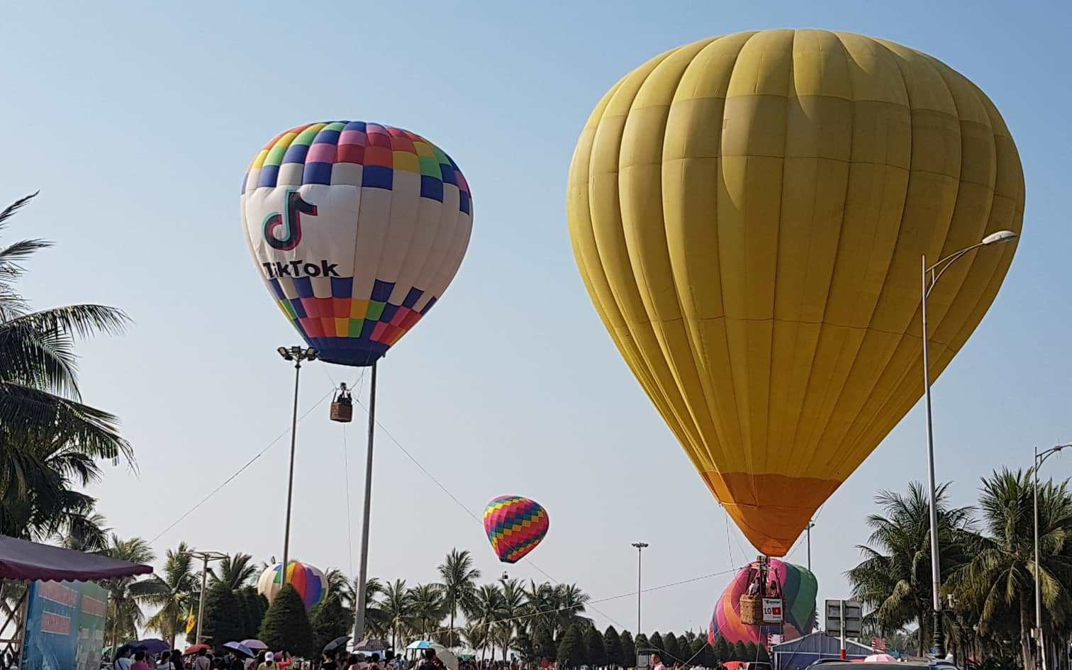 Trình diễn khinh khí cầu bên bờ biển Đà Nẵng