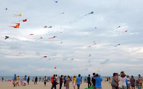 Hơn 150 cánh diều đầy màu sắc bay lượn giữa bầu trời xanh trên biển Phan Thiết