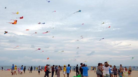 Hơn 150 cánh diều đầy màu sắc bay lượn giữa bầu trời xanh bao la biển Phan Thiết - Ảnh 1.