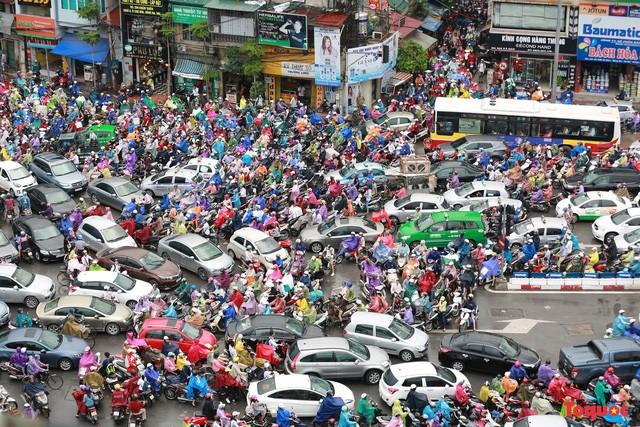 Chủ tịch Hà Nội nói về thông tin hạn chế xe máy tại 6 tuyến phố - Ảnh 1.