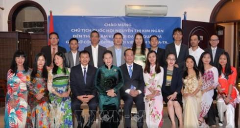 Chủ tịch Quốc hội gặp gỡ cộng đồng người Việt Nam tại Qatar - Ảnh 2.