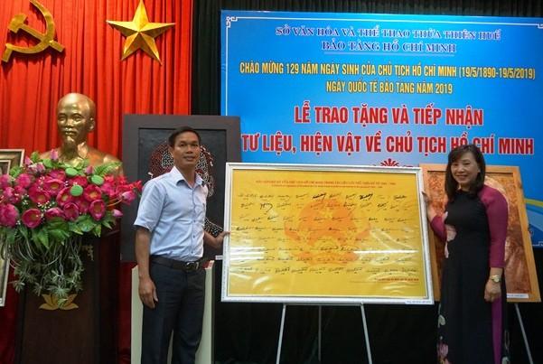 Trao tặng bộ sưu tập chữ ký Chủ tịch Hồ Chí Minh - Ảnh 1.