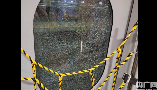 Thèm khí tươi, người đàn ông Trung Quốc đập vỡ cửa kính tàu cao tốc đang chạy - Ảnh 1.