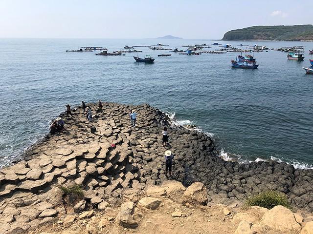 Khách du lịch đến Phú Yên tăng cao nhất từ trước đến nay - Ảnh 1.