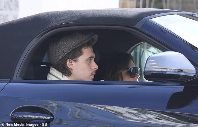 Biểu cảm khó đỡ của Victoria Beckham khi thấy con trai đến đón mình mà không phải là chồng - Ảnh 2.