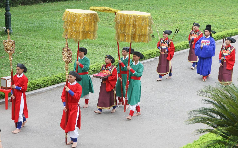 Lần đầu tiên tái hiện Vua ban quạt vào dịp Tết Đoan Ngọ thời Lê Trung Hưng tại Hoàng thành Thăng Long