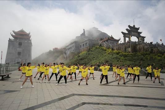 Những màn diễn ấn tượng của Top 16 Flashmob - Sóng tuổi trẻ - Ảnh 1.