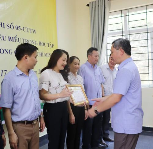 Tuyên dương tập thể, cá nhân tiêu biểu trong học tập và làm theo tư tưởng, đạo đức, phong cách Hồ Chí Minh - Ảnh 1.