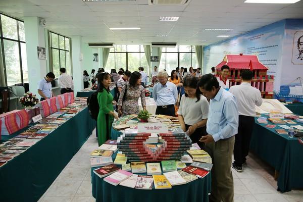 Triển lãm sách kỷ niệm 50 năm thực hiện Di chúc của Chủ tịch Hồ Chí Minh - Ảnh 1.