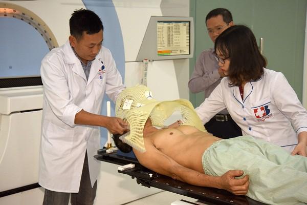 Bệnh viện Ung bướu Nghệ An đưa vào sử dụng hệ thống xạ trị gia tốc - Ảnh 1.