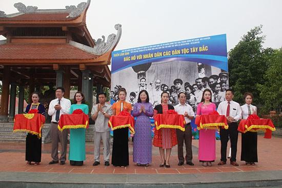 Sơn La: Triển lãm ảnh Bác Hồ với nhân dân các dân tộc Tây Bắc - Ảnh 1.