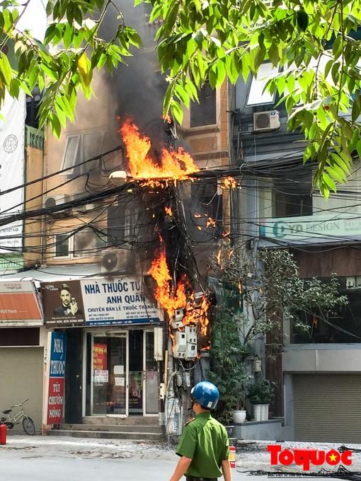 Ngày nóng đỉnh điểm, nhìn những mớ tơ trời giăng khắp phố Hà Nội nghĩ tới bà hỏa mà thót tim - Ảnh 11.