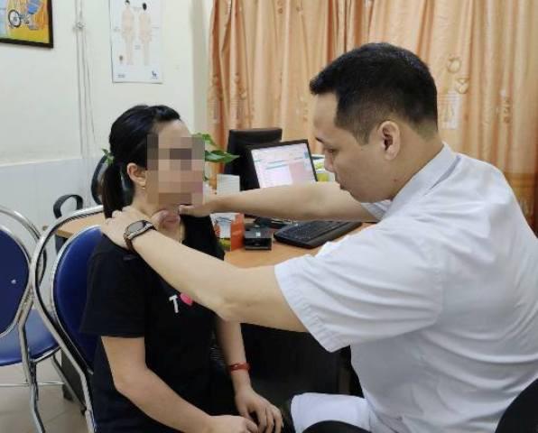 Thầy lang chữa bướu cổ khiến một phụ nữ nhiễm trùng nghiêm trọng phải cấp cứu - Ảnh 1.