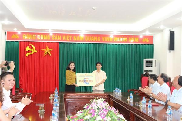 Thứ trưởng Trịnh Thị Thủy kiểm tra việc thực hiện Phong trào toàn dân đoàn kết xây dựng đời sống văn hóa - Ảnh 2.