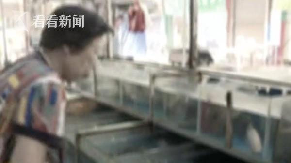 Người phụ nữ bị chảy máu mắt và có nguy cơ mù vĩnh viễn, nguyên nhân hóa ra từ việc đi chợ mua cá sống - Ảnh 1.
