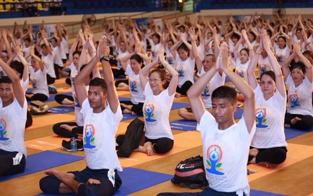 Gần 1.000 người dân Hà Nội tham gia đồng diễn hưởng ứng Ngày Quốc tế Yoga - Ảnh 2.