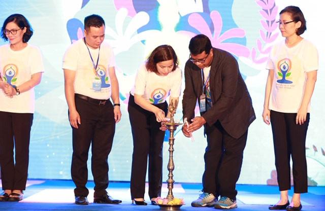Gần 1.000 người dân Hà Nội tham gia đồng diễn hưởng ứng Ngày Quốc tế Yoga - Ảnh 1.
