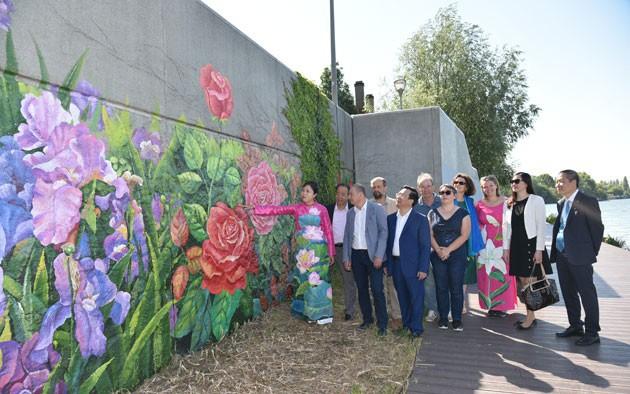 Họa sĩ Việt vẽ tranh tường 'Mùa xuân Pháp - Việt' bên dòng sông Seine