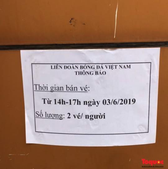 Hàng trăm người xếp hàng từ sớm để mua vé xem U23 Việt Nam - Ảnh 3.