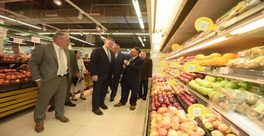 """Đại sứ Mỹ đi siêu thị VinMart quảng bá """"nữ hoàng trái cây"""" việt quất - Ảnh 1."""