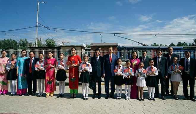 Bộ trưởng Tô Lâm thăm trường học mang tên Chủ tịch Hồ Chí Minh tại Thủ đô Ulan Bator - Ảnh 1.