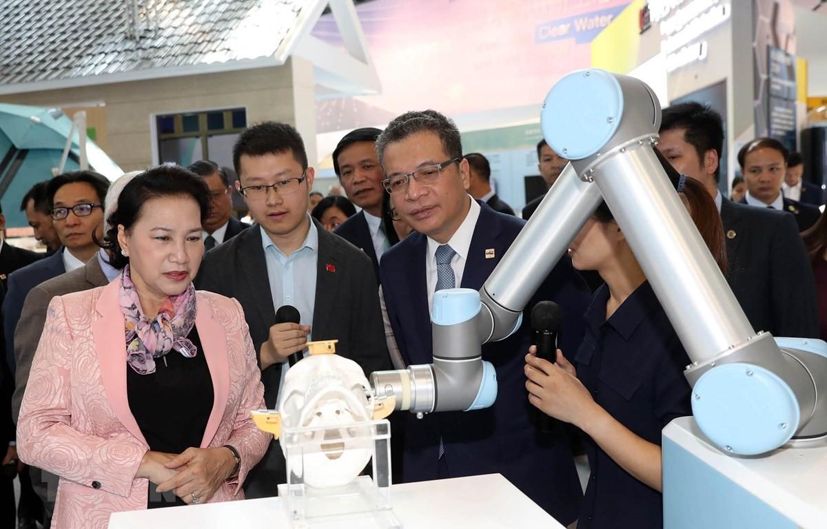 Chủ tịch Quốc hội thăm Trung tâm triển lãm Trung Quan Thôn - Ảnh 1.