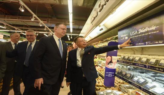 """Đại sứ Mỹ đi siêu thị VinMart quảng bá """"nữ hoàng trái cây"""" việt quất - Ảnh 2."""