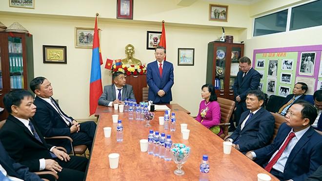 Bộ trưởng Tô Lâm thăm trường học mang tên Chủ tịch Hồ Chí Minh tại Thủ đô Ulan Bator - Ảnh 2.