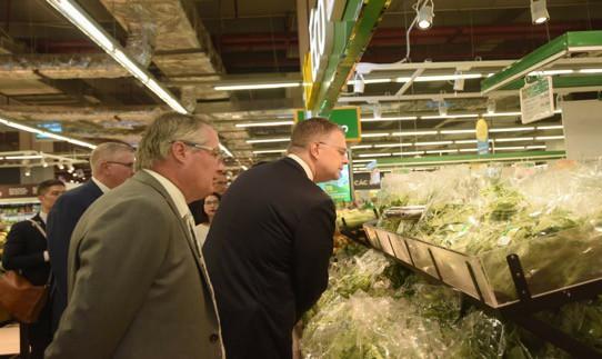 """Đại sứ Mỹ đi siêu thị VinMart quảng bá """"nữ hoàng trái cây"""" việt quất - Ảnh 3."""