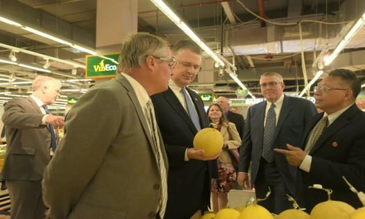"""Đại sứ Mỹ đi siêu thị VinMart quảng bá """"nữ hoàng trái cây"""" việt quất - Ảnh 4."""