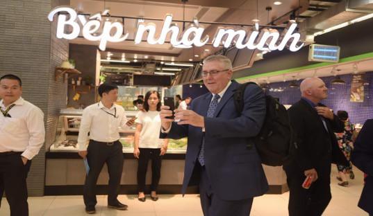 """Đại sứ Mỹ đi siêu thị VinMart quảng bá """"nữ hoàng trái cây"""" việt quất - Ảnh 5."""