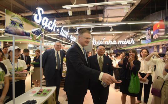 """Đại sứ Mỹ đi siêu thị VinMart quảng bá """"nữ hoàng trái cây"""" việt quất - Ảnh 6."""