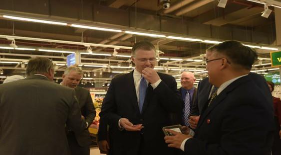 """Đại sứ Mỹ đi siêu thị VinMart quảng bá """"nữ hoàng trái cây"""" việt quất - Ảnh 7."""