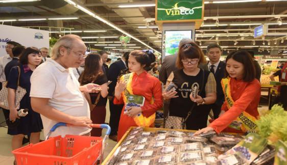 """Đại sứ Mỹ đi siêu thị VinMart quảng bá """"nữ hoàng trái cây"""" việt quất - Ảnh 8."""