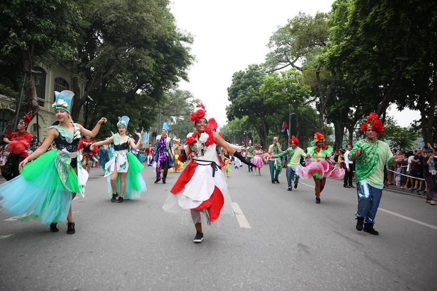 Người dân phấn khích với carnival phố đi bộ sôi động chưa từng thấy - Ảnh 11.