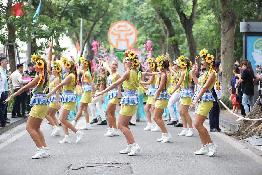Người dân phấn khích với carnival phố đi bộ sôi động chưa từng thấy - Ảnh 4.