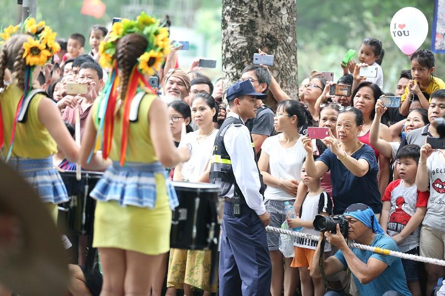 Người dân phấn khích với carnival phố đi bộ sôi động chưa từng thấy - Ảnh 6.