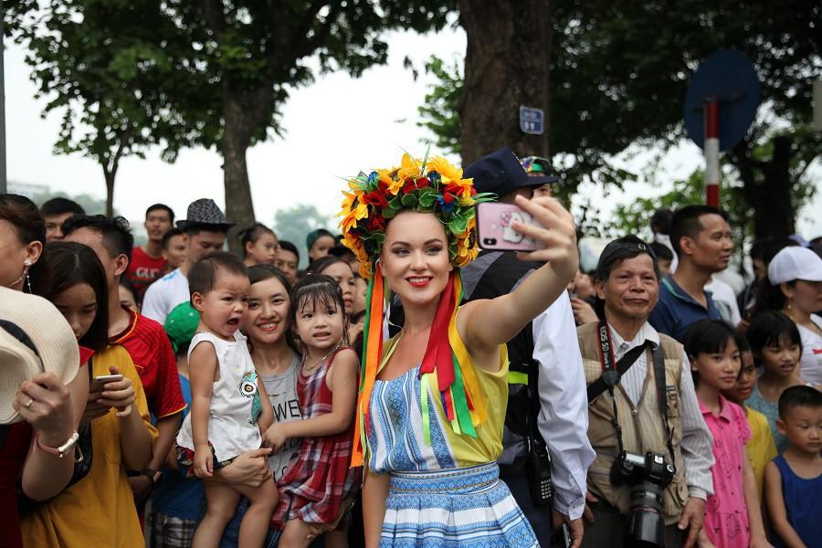 Người dân phấn khích với carnival phố đi bộ sôi động chưa từng thấy - Ảnh 7.