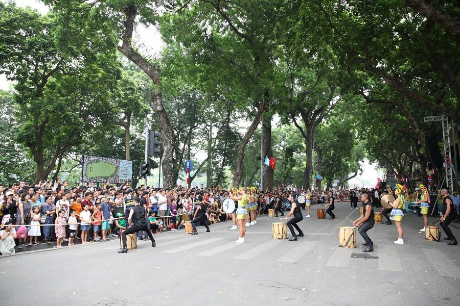 Người dân phấn khích với carnival phố đi bộ sôi động chưa từng thấy - Ảnh 9.