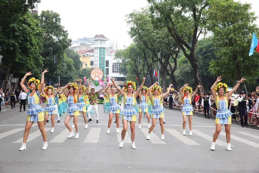Người dân phấn khích với carnival phố đi bộ sôi động chưa từng thấy - Ảnh 10.