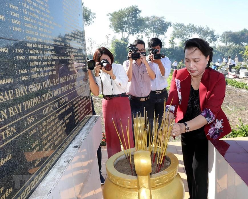 Chủ tịch Quốc hội dâng hương tưởng niệm liệt sỹ ở Vĩnh Long  - Ảnh 1.