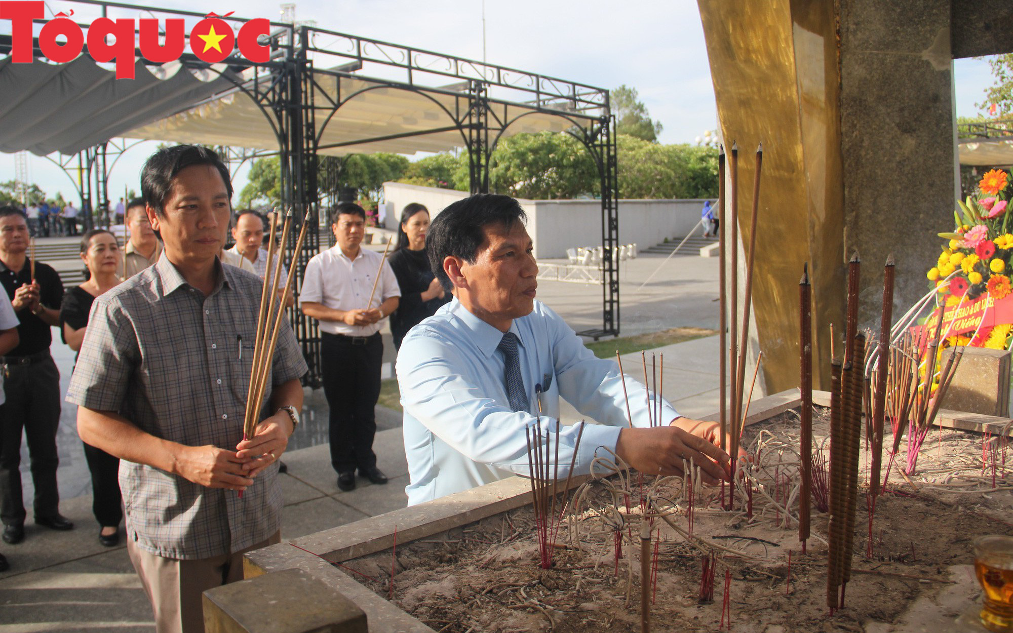 Bộ trưởng Nguyễn Ngọc Thiện dâng hương tại các