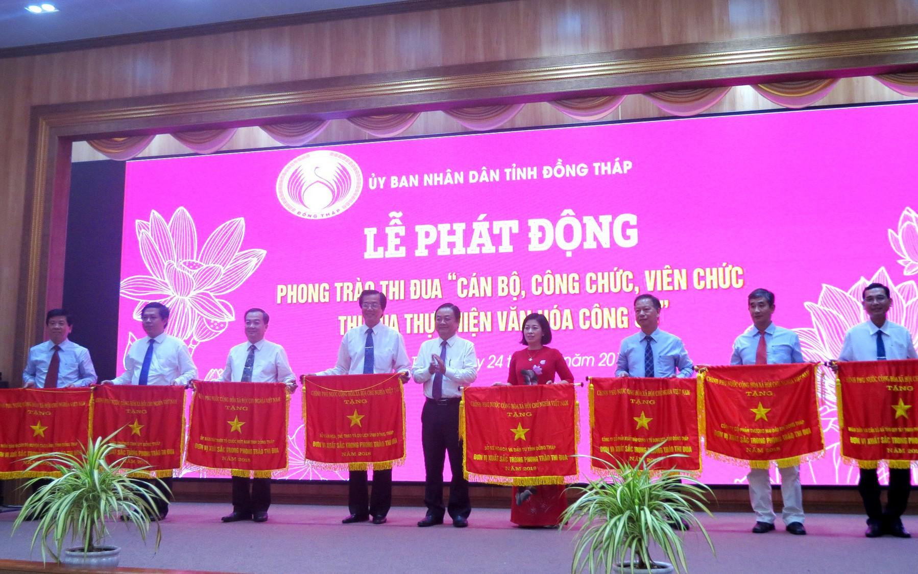 Sở VHTTDL Đồng Tháp nhận Cờ thi đua của Chính phủ