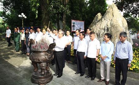 Thường trực Ban Bí thư dâng hương tưởng nhớ các liệt sĩ tại tỉnh Thái Nguyên - Ảnh 1.