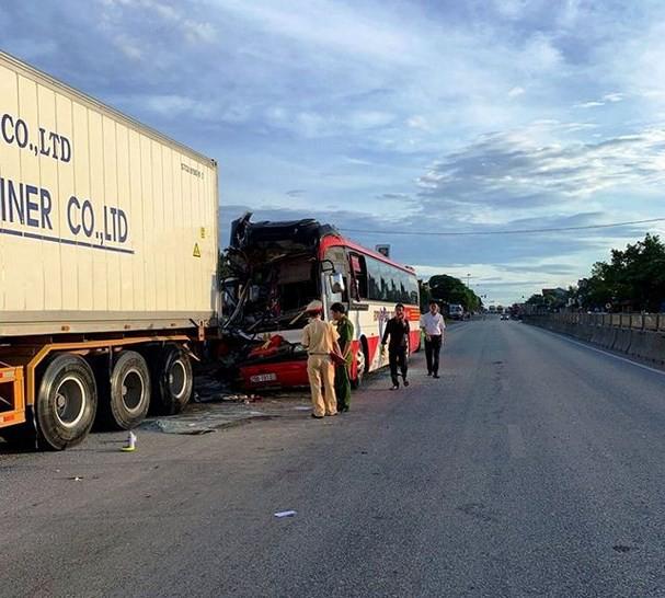 Nghệ An: Xe khách chở 50 người tai nạn trên quốc lộ 1A, 14 người thương vong - Ảnh 1.