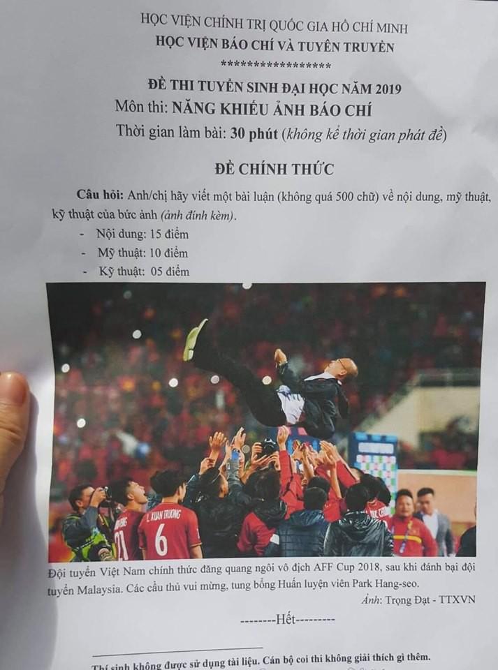 Hình ảnh HLV Park và đội tuyển Việt Nam vô địch AFF CUP 2018 vào đề thi năng khiếu báo chí - Ảnh 1.