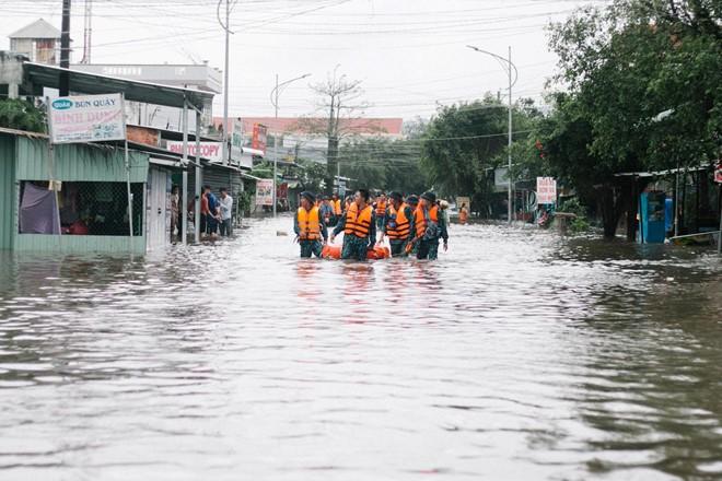 Người dân Phú Quốc vật lộn trong trận đại hồng thủy lịch sử - Ảnh 10.