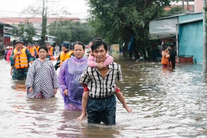 Người dân Phú Quốc vật lộn trong trận đại hồng thủy lịch sử - Ảnh 11.