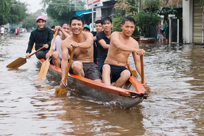 Người dân Phú Quốc vật lộn trong trận đại hồng thủy lịch sử - Ảnh 2.